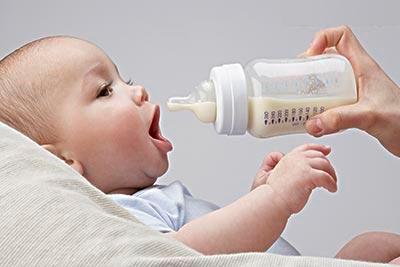 怎样用奶瓶给宝宝喂奶?奶瓶喂奶的注意事项